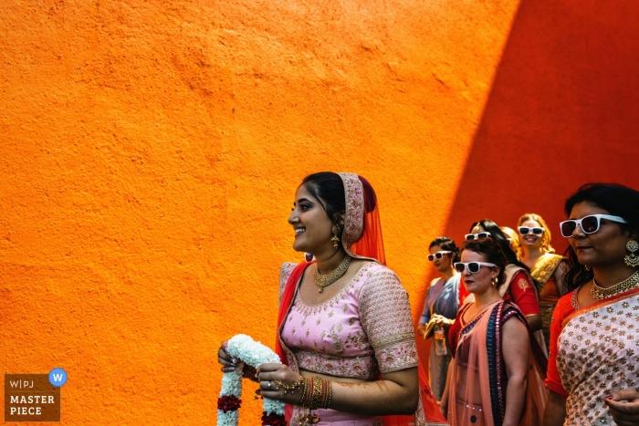 Citrus Waskaduwa, Sri Lanka Foto van de bruid lopen naar garland uitwisseling op de huwelijksceremonie.