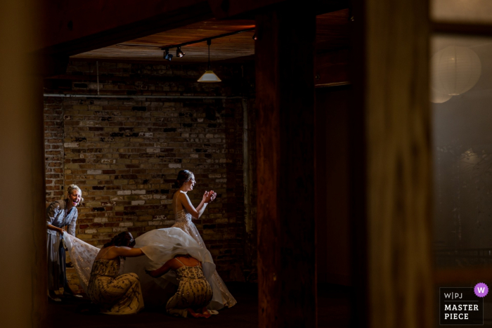 Rockford, IL - Prairie Street Brewing Wedding Venue Fotografie van de bruid die zich klaar maakt met vrienden / familie.