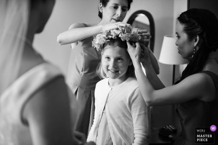 Burden Mansion, New York City Huwelijksfotografie | Beeld van het Bloemmeisje die bloemkroon klaar met bruid krijgen