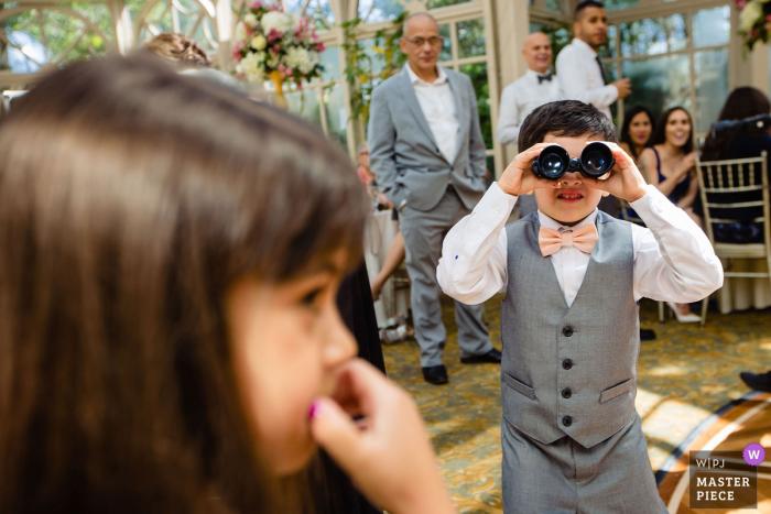 The Brownstone, Paterson, NJ | Foto de un niño mientras veía a una niña en la boda.