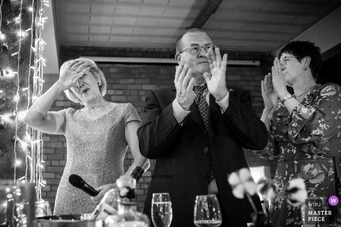 Victoria Warehouse Manchester Fotograaf   Beeld dat de Moeder van de bruidhulp na het voltooien van haar toespraak toont