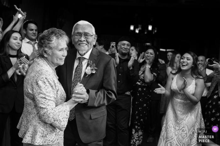 West Shore Cafe, Homewood, CA Photos de mariage - La foule célèbre les années 65 de mariage des grands-parents de la mariée lors de la danse anniversaire.