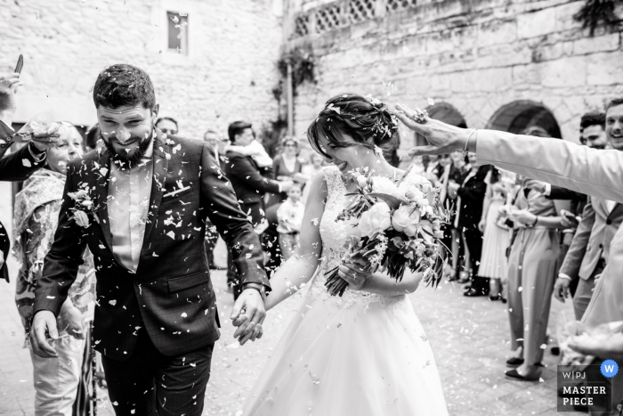 Mairie de Grammont à Montpellier - Fotografía de boda - Imagen de los recién casados que salen del ayuntamiento y cruzan la guardia de honor.