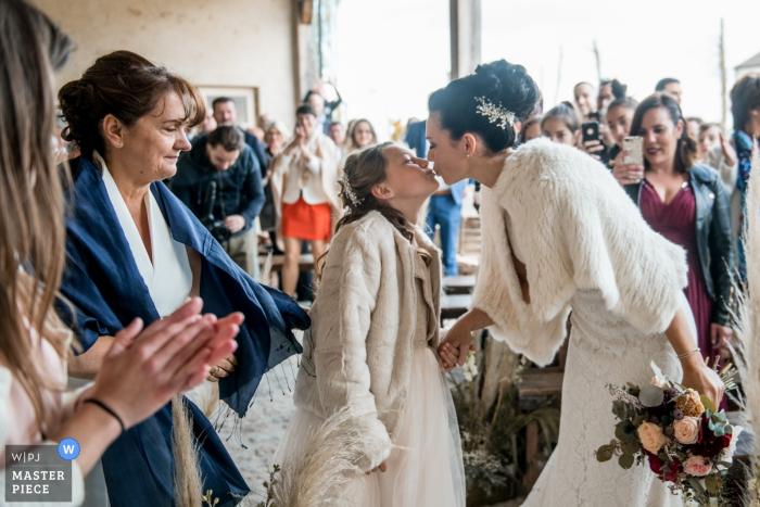 Cette photo de la mariée embrassant sa fille lors de la cérémonie de mariage a été capturée par un photographe de mariage de l'Oise