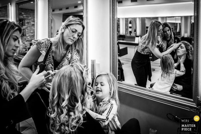 Tielens en Tielens, foto de boda de Hoeven que muestra cómo se ve cuando tu hija te está ayudando con el maquillaje.