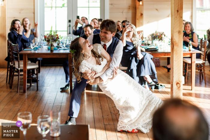 Hill Farm Inn Vermont - Erstes Tanzhochzeitsfoto des Bräutigams, der die Braut von der Empfangsparty eintaucht