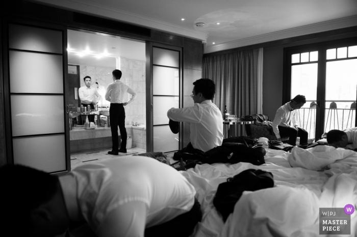 Fotografía del día de la boda de Melbourne | Chicos preparándose antes de la ceremonia en imagen en blanco y negro.