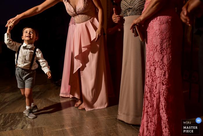 Madeiro Eventos Americana Fotografía   Imagen de niños bailando en recepción de boda con mujeres en vestidos largos.