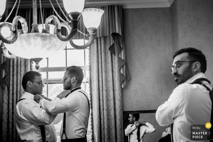 Dearborn Inn Wedding Fotografia dello sposo e fratello che aiuta ciascuno a legare i propri legami.