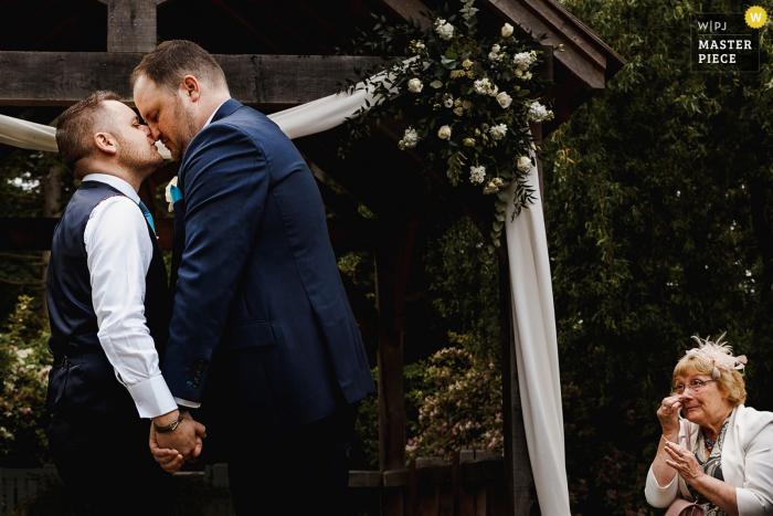 Hochzeitsfotografie Sandburn Hall, York während der Zeremonie im Freien mit schreiendem Gast.