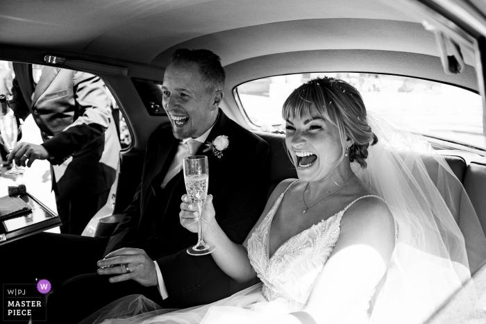 Charlton House Hotel, Somerset, Verenigd Koninkrijk | Foto op huwelijksdag die de bruid en de bruidegom toont die in huwelijksauto vertrekken