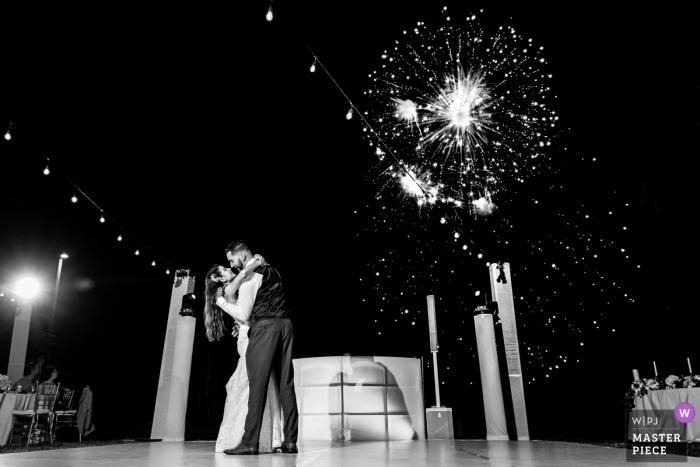 Marriott CasaMagna Resort, Puerto Vallarta, foto de boda de México que muestra los primeros bailes y fuegos artificiales de los novios al aire libre en blanco y negro