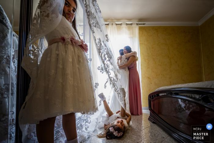 Palmi- Reggio Calabria wedding photo of bride getting ready with sister and bridesmaids