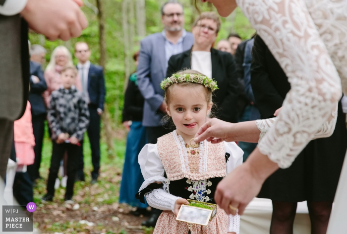 Forêt, image de cérémonie de mariage en plein air Suisse Appenzell Suisse de jeune fille avec des anneaux.