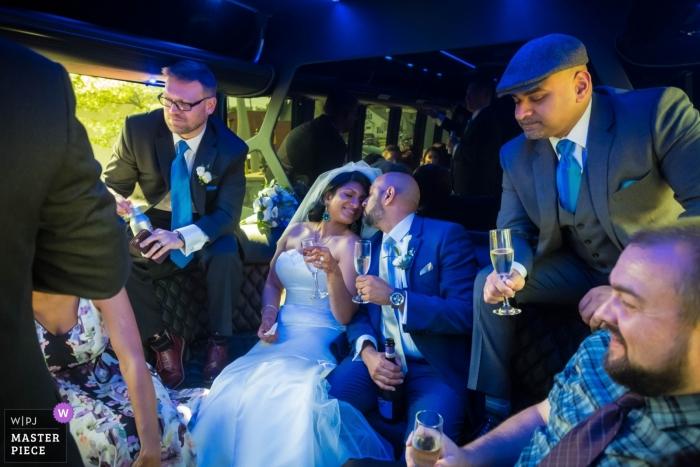 Fotografo di matrimoni di Plymouth Manor - A cavallo nel bus del partito con la loro festa di nozze