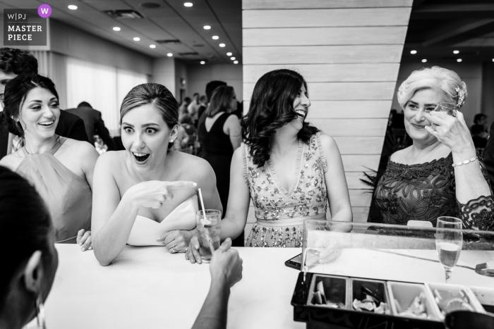 ICONA Avalon Hochzeitsempfang-Foto, das die Braut und ihre MOH / Schwester im Schock an ihrer Mutter zeigt, die geraden Whisky trinkt