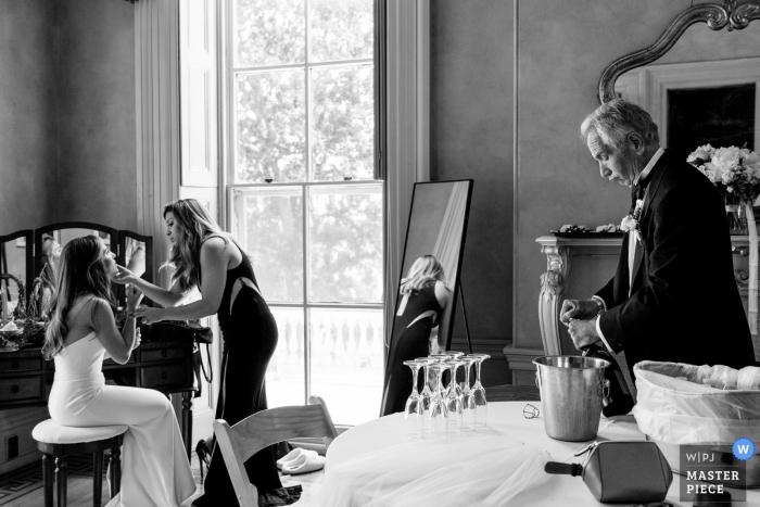 Photographie de mariage en noir et blanc chez Glen Foerd - La mariée et son médecin hygiéniste apportent les dernières retouches pendant que son père est prêt à organiser la fête.