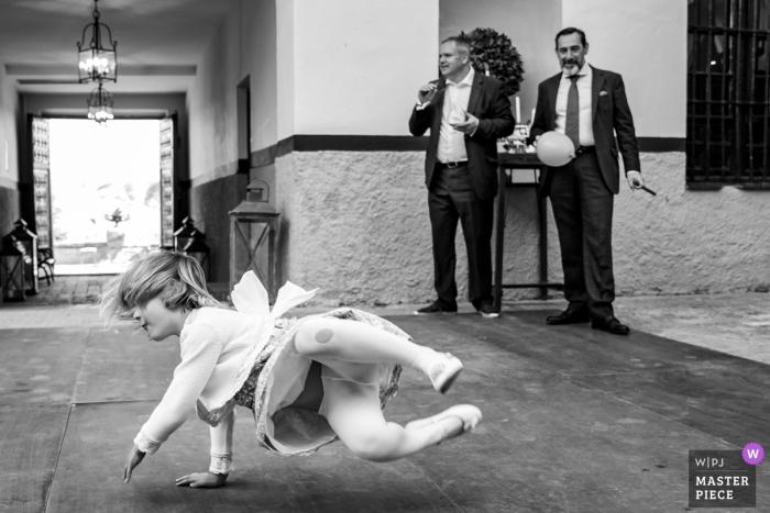 Hochzeitsempfangfoto Palacio de Aldovea eines Mädchens, das auf der Tanzfläche spielt