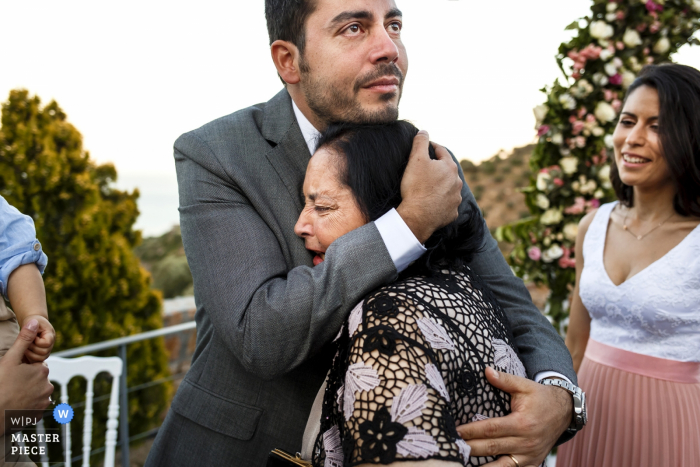 Creta, Grecia - apxontiko kthma eventos exculusivos - foto del momento emocional entre el novio y la madre