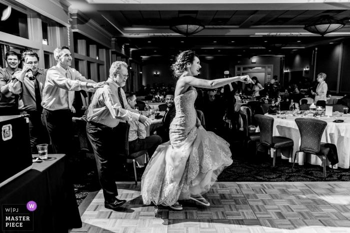 Photo de mariage au club de golf de Minneapolis - La mariée dirige la réception épique du train conga au club de golf de Minneapolis