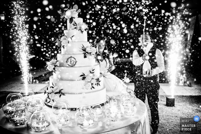 """Antico borgo della rocca, Rocca Susella, PV, Italia Fotógrafo: """"El corte de la torta, el novio sacudió el prosecco antes de abrirlo, tuve que limpiar todas mis lentes y mi equipo pero obtuve la imagen"""""""