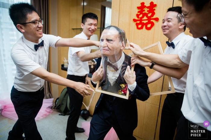 Lijiang Hotel Fujian/Fuzhou Wedding Day Photography - The groom is playing games at present.