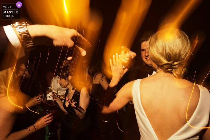 Hochzeitstag-Fotografie Bourne-Bauernhof-Massachusetts - Bräutigamtanzen am Hochzeitsempfang
