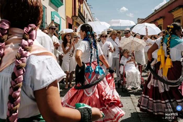 Hochzeitsfotografie in den Straßen des Museo Belber Jiménez Oaxaca | Großmutter bei der Hochzeit Calenda in den Chinas Oaxaqueñas eingerahmt