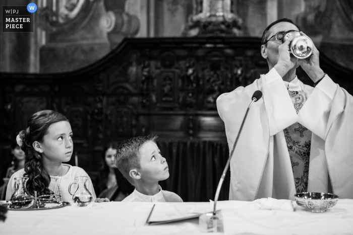 Chiesa Sant'Antonio Abate Varese Wedding Photo of kids looking at priest during ceremony