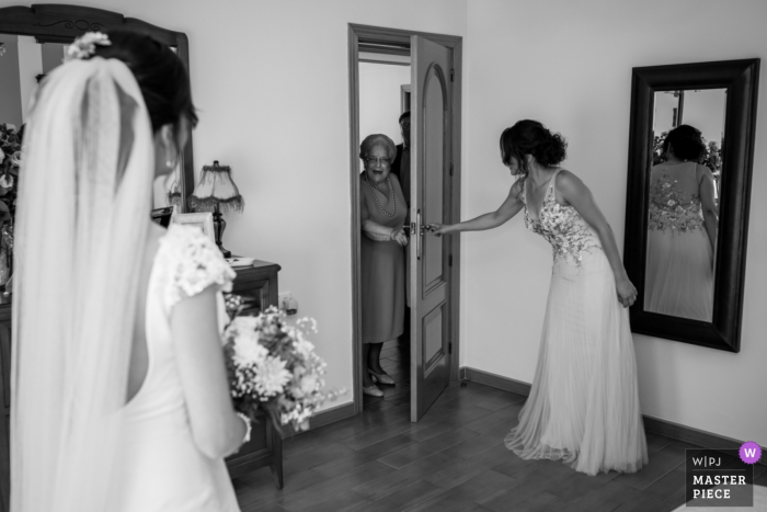Jaén - Casería de las Palmeras Wedding Photography | While the bride finished dressing, she received the visit of her grandmother, her gaze upon seeing her will be an eternal memory
