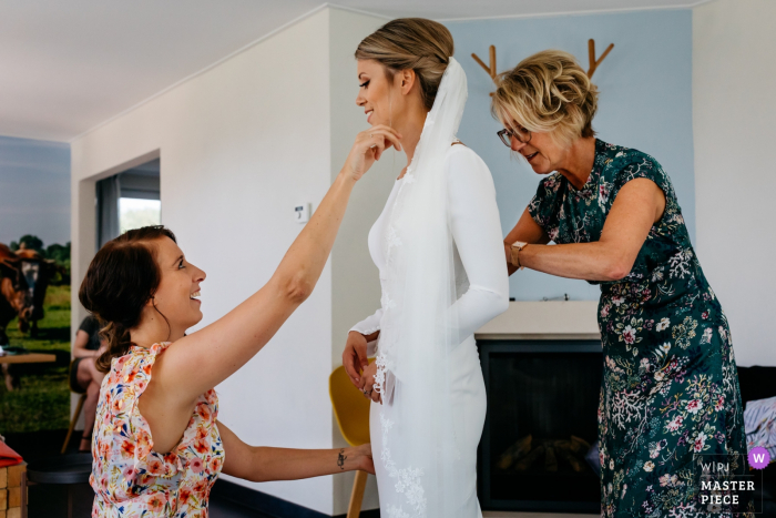 Erfgoed Bossem wedding photo showing the Bride getting ready with her mom and sister