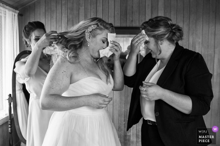 Photographie de mariage noir et blanc à Valhalla, South Lake Tahoe, Californie - La mariée et sa fille essuient simultanément la sueur de leurs sourcils avant la cérémonie.