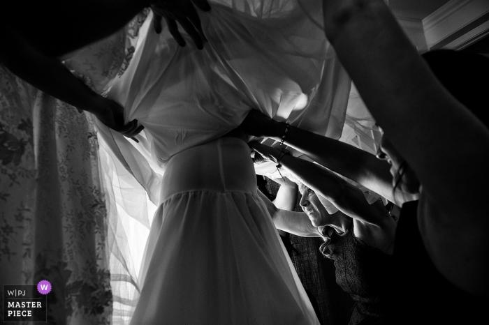 Bentley Science Park, Minden, Nevada Hochzeitsfotograf   Mutter und Schwestern, die beim Kleid der Braut helfen.