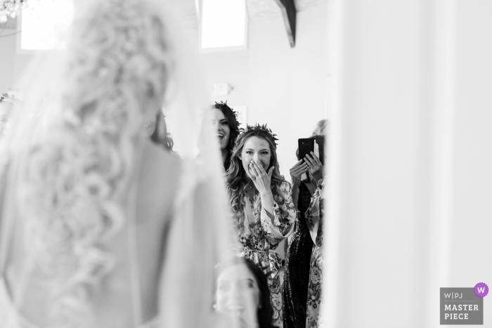 Mariage dans le New Jersey de Bear Brook Valley Image de demoiselles d'honneur qui voient la mariée dans sa robe.