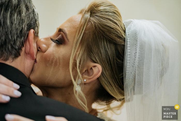 Igreja São Bento - São Caetano | Photography of the bride's weeping marks as she compliments her father