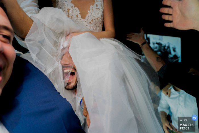 Allegro Buffet - São Caetano do Sul - Wedding Photography - The bride on the shoulders of one guest and the other carrying the bridegroom