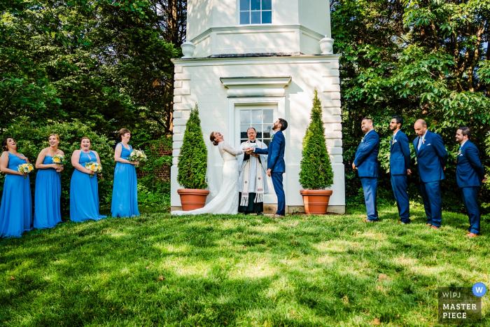 Die Hochzeitszeremonie im Freien von William Paca House lacht