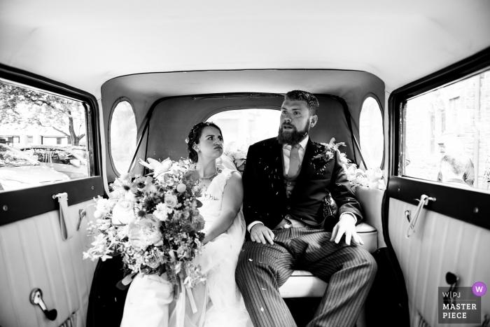 Hochzeitsfotografie Penmaen House, Wales der Braut und des Bräutigams, die in das Hochzeitsauto abreisen.