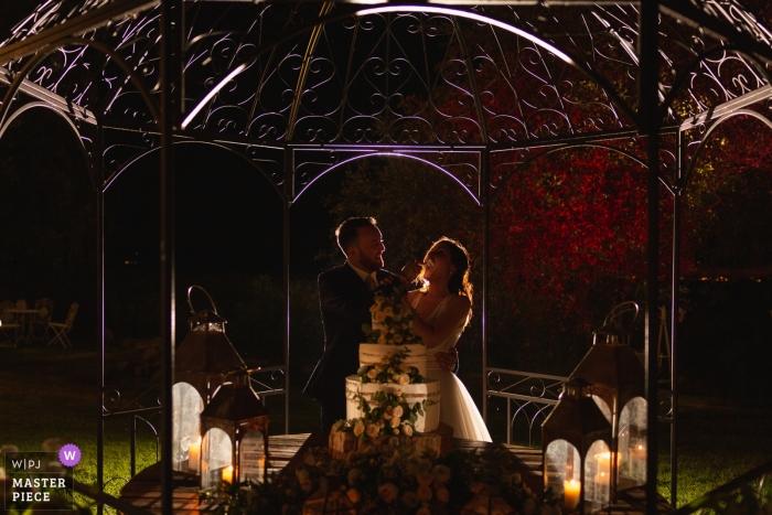 Cake cutting photography of bride and groom at Tenuta di Polline - Lago di Bracciano - Italy