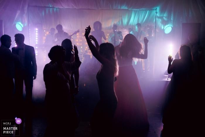 Hochzeitsreportagefotograf aus Suffolk, Großbritannien - Gäste, die zur Soulband auf der Abendparty tanzen