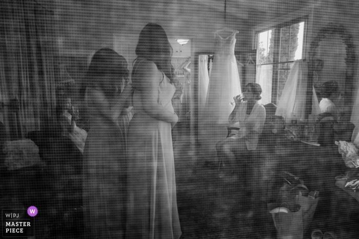 Palos Verdes Estates, CA, La Venta Inn Wedding Venue Photos - The bride, her bridesmaids and her family get ready in a beachside cottage
