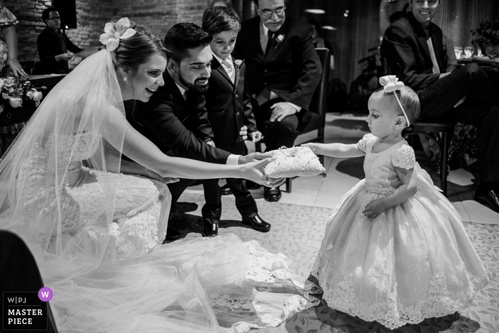 Coco Bambu - Brasília - Brasil - Photo of little girl leave the ring to the bride