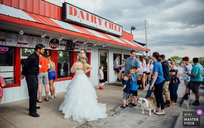 Indian Creek Country Club Elkhorn, NE - Plus de photos de jeunes mariés faisant la queue pour commander un cornet de crème glacée, et les petits garçons ont pensé que c'était à leur tour de passer commande!