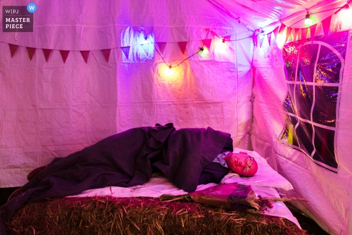 Spiegeltent Glabbeek Wedding Reception Photographer - A Finished guest grabs some rest