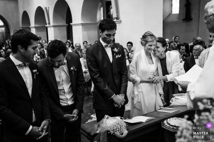 Maid of Honor szybko przytula pannę młodą, zanim złoży śluby podczas ceremonii w Kasteel Ter Block.