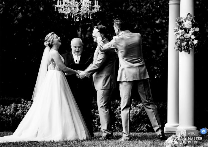 Najlepszy mężczyzna ociera pot z czoła podczas gorącej letniej ceremonii ślubnej w Separk Mansion.