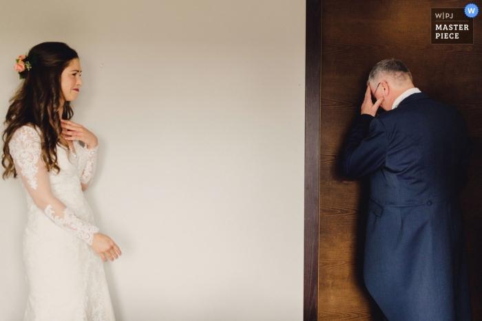 Londyn, Anglia Fotografia ślubna reportaż | Ojciec panny młodej załamuje się, widząc córkę po raz pierwszy
