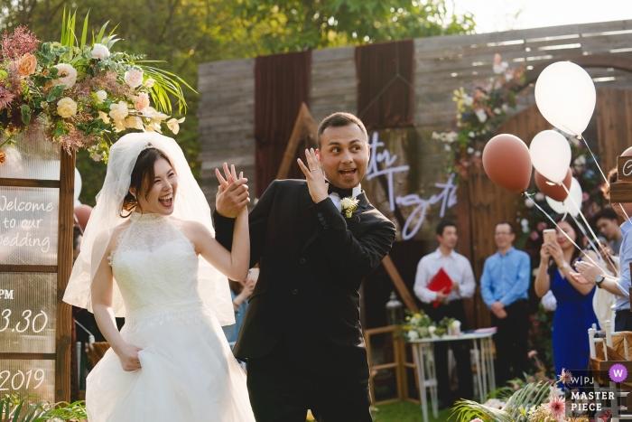 Fotos do dia do casamento em Zhejiang no Hotel - emoção para a noiva e o noivo do lado de fora na cerimônia