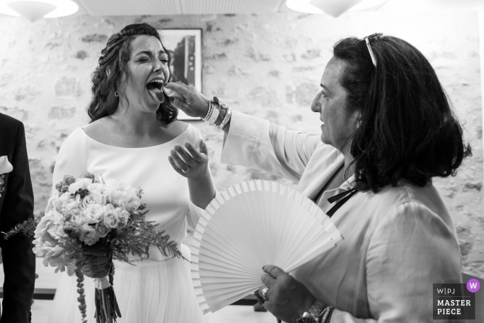 The bride is fighting against the extreme heat during her Figeac wedding.