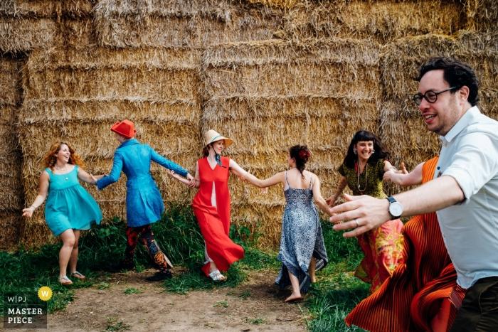 伦敦英格兰婚礼报告文学的照片,在一条链上跳舞的客人在户外接待处—马洛婚礼摄影师